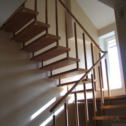 puidust piirdega trepid
