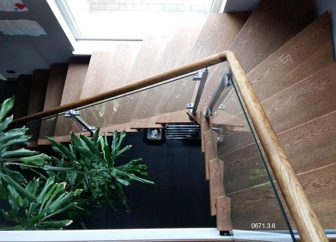 puidust trepp klaaspiire