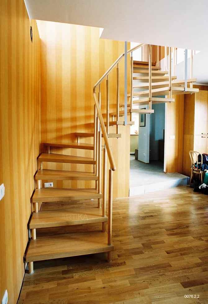 trepp puidust piirdega